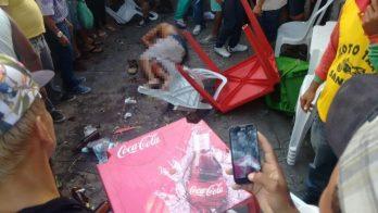 Vítima caída entre mesas e cadeiras de bar