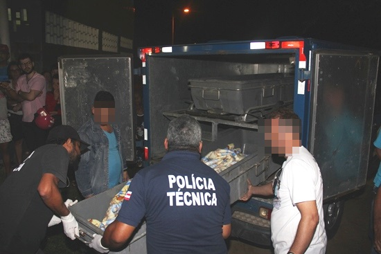 Corpo só foi removido no inicio da noite e conduzido para o Departamento de Polícia Técnica - DPT de Feira de Santana| Foto: Raimundo Mascarenhas