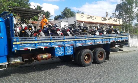 A carga deste foi com 26 motos e o próximo trará 37 | Foto: Raimundo Mascarenhas