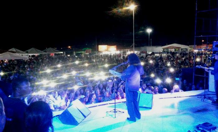 Público não perdeu a oportunidade de registrar o show de Fernando Mendes