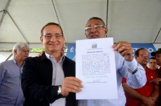Prefeito de Candeal Fernando Neri comemora a assinatura da ordem | Foto: