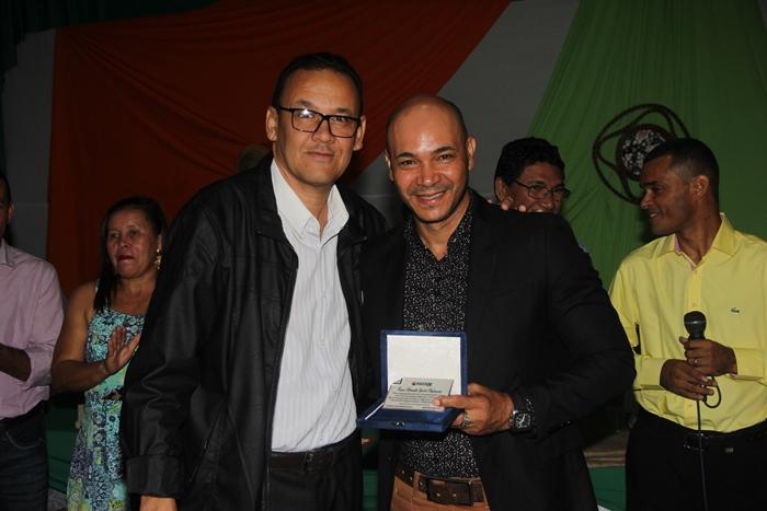 Robson Sena um dos fundadores da ASCOOB e pré-candidato a prefeito de Santaluz foi homenageado com uma placa| Foto: Raimundo Mascarenhas