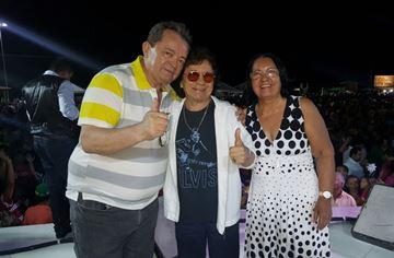 Bartô Galeno recebe no palco o prefeito Ito e a primeira dama Eliete