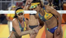 A dupla brasileira Agatha e Barbara conquistou a quinta medalha de prata do Brasil