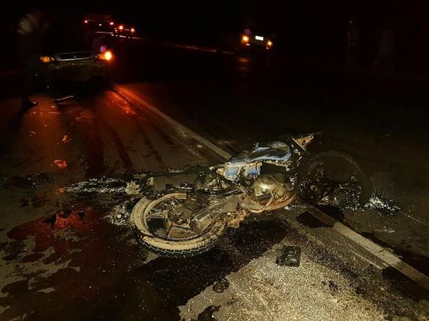 Motocicleta pegou fogo após colisão com carro e outra moto