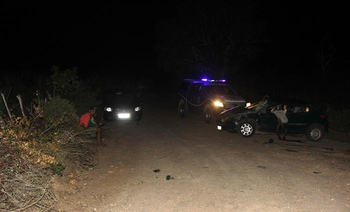 A esquerda o barranco onde subiu e a posição que o carro ficou | Foto: Raimundo Mascarenhas