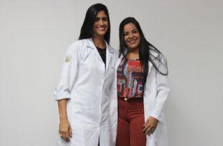 Michelle entregou o jaleco a Cibele para simbolizar o inicio do curso de enfermagem | Foto: Raimundo Mascarenhas