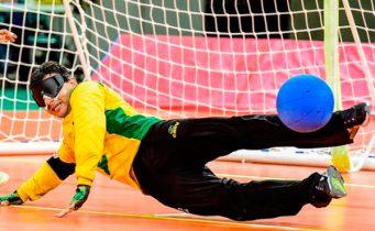 Atleta paralímpico treina para disputar o goalball