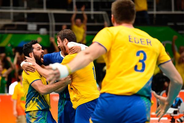 Mesmo machucado, Lucarelli voltou à quadra no quarto e decisivo set para ajudar o Brasil
