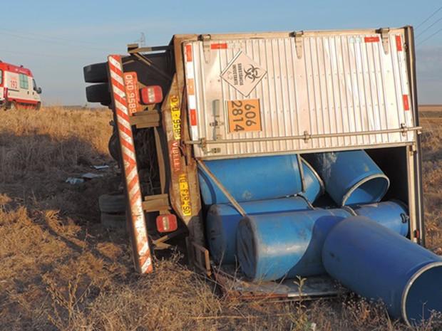 Caminhão saiu da rodovia após capotamento