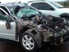 Capô do carro foi arrancado após batida com caminhão