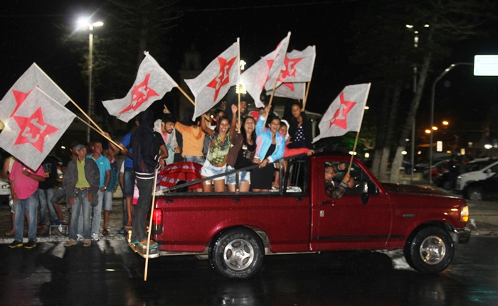 Para juventude, o momento político é também motivo de festa | Foto: Raimundo Mascarenhas