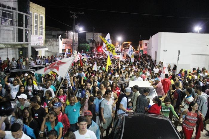 Passeata da Coligação Avante Coité chegando a Praça da Matriz | foto: Raimundo Mascarenhas