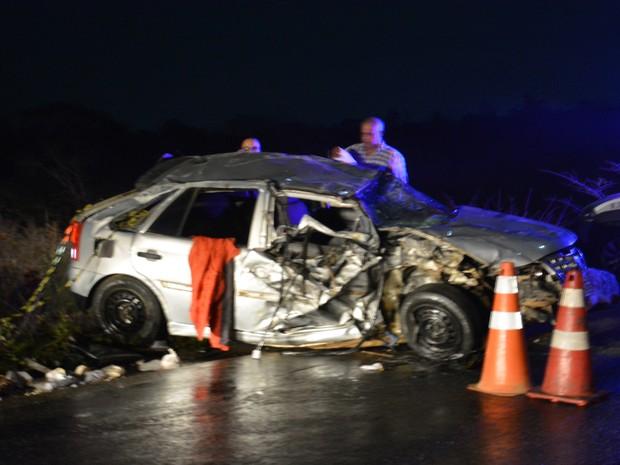 Carro capotou após bater em trator na BR-415