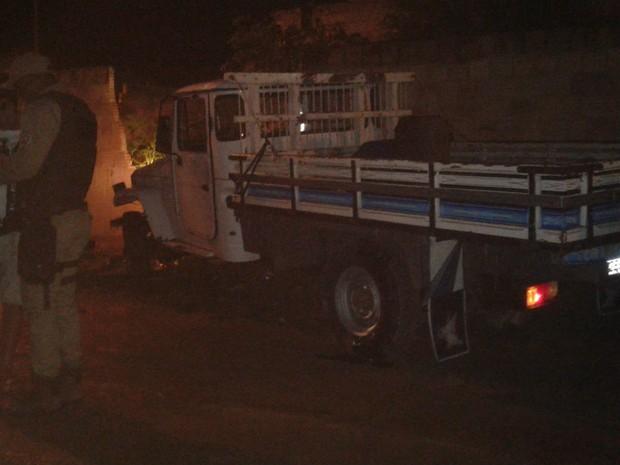 Após ser baleado, vítima colidiu carro contra muro de residência