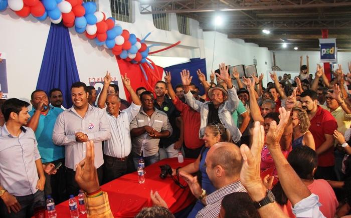 Eleitores ficaram bem próximo a mesa durante todo ato | Foto: Raimundo Mascarenhas