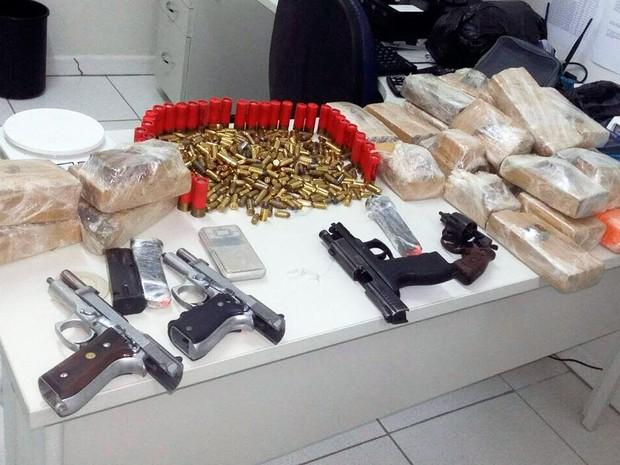 Drogas, armas e munições foram apreendidas dentro de casa em Bom Jesus da Lapa