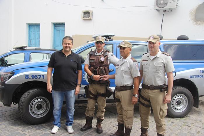 Capitão Diz Pazos entrega a chave da viatura a subtenente Gilson na presença do deputado Alex da Piatã e tenente Laert Lopes | Foto: Raimundo Mascarenhas