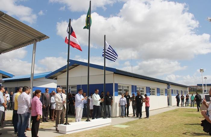 Governador Rui Costa, secretário Mauricio Barbosa e prefeito Osni Cardoso hastearam as bandeiras | Foto: Raimundo Mascarenhas