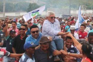 Jorge foi conduzido ao palanque no ato das convenções no ombro do povo | Foto: Monte Santo.Net