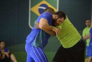 O atleta de luta olímpica Eduard Soghomonyan (de azul) treina para as Olimpíadas Rio 2016 na casa do Time Brasil e diz que veio atrás de medalha