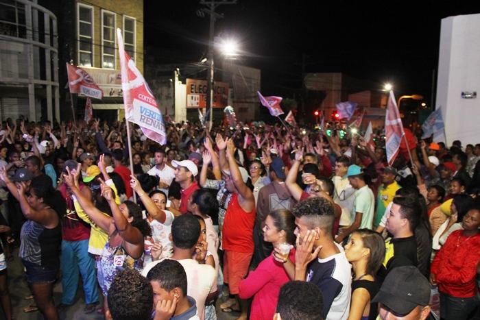 Concentração foi em frente a Coité Rural onde será instalado o comitê de campanha | Foto: Raimundo Mascarenhas