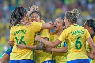 Cristiane (centro) comemora gol, mas hoje está fora da partida contra a África do Sul