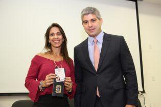 Nova servidora da Segurança Pública exibe distintivo e carteira ao lado de secretário Mauricio Barbosa