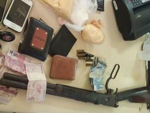 Objetos apreendidos pela polícia com os suspeitos