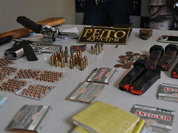 Polícia prende três homens e apreende armas em falso mote