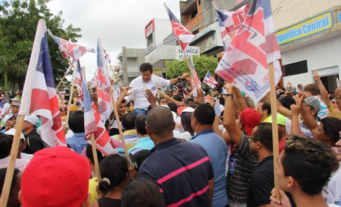 Tita carregado nos ombros na Praça São João | Foto: Raimundo Mascarenhas