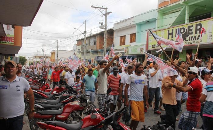 Multidão invadiu as ruas de Barrocas em apoio a Tita | Foto: Raimundo Mascarenhas