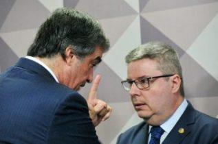 José Eduardo Cardozo (esq.), advogado da presidente Dilma, conversa com o relator Antonio Anastasia