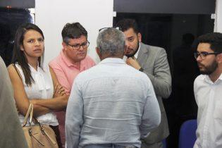 Durante a reunião, os representantes de coligações se reuniram entre si. Este grupo defende a candidatura de Assis e Val | Foto: Raimundo Mascarenhas