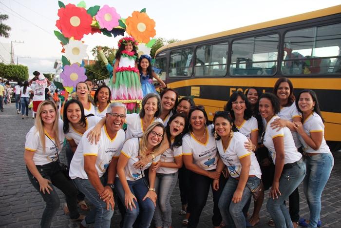 Diretores e professores da Escolinha Menino Jesus comemoram mais um ano de sucesso no desfile | Foto: Raimundo Mascarenhas