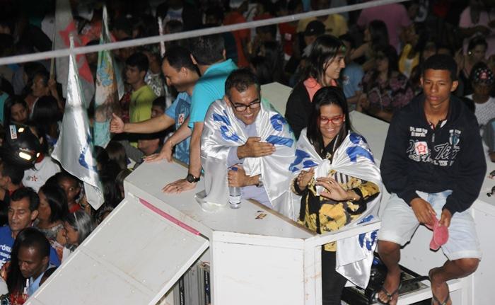 Assis e Val carregaram a bandeira do 13 durante o trajeto   Foto: Raimundo Mascarenhas