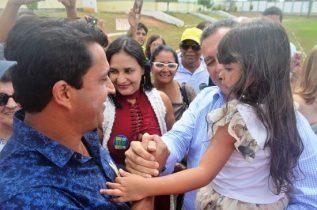 Ataíde sempre que o governador está na sua região faz questão de levar a filha que é sua afilhada para 'tomar a benção' | Foto: Teones Araújo