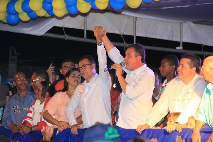 Rui na eleição passada esteve no último comício de Assis, prometeu que estaria na posse e cumpriu, fato lembrado por Assis em seu discurso | Foto: Raimundo Mascarenhas