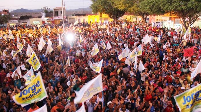 Multidão fez a festa com as músicas da campanha | Foto: Raimundo Mascarenhas