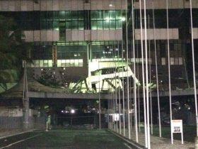 Parte da fachada do Centro de Convenções desabou, em Salvador