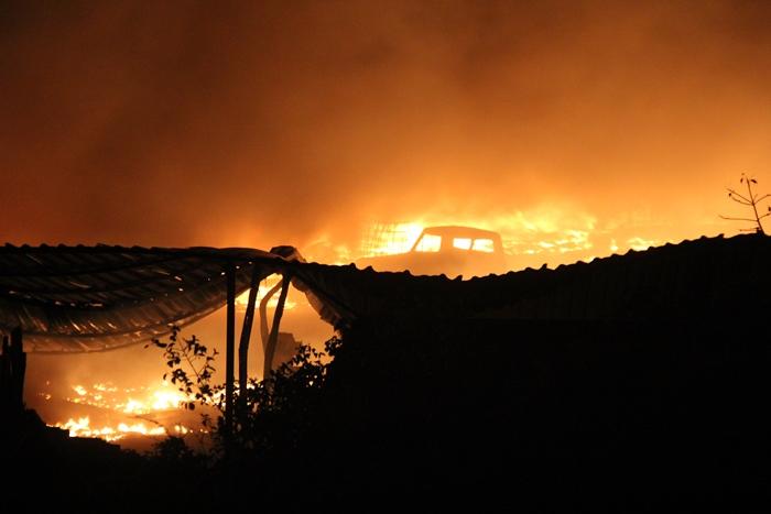 No centro a cabine de um caminhão queimada | Foto: Raimundo Mascarenhas