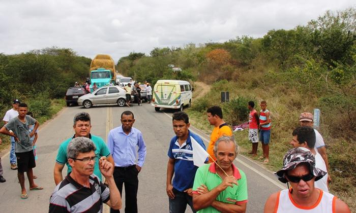 Os veículos que transportavam pessoas doentes não foram impedidos e passaram por um desvio