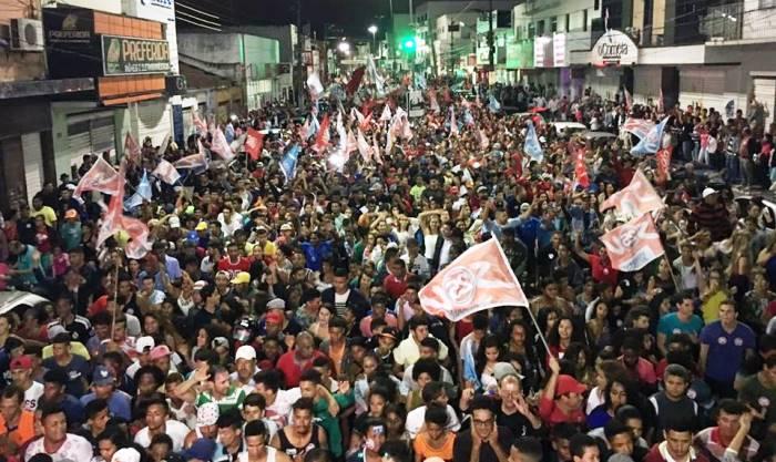 Grande manifestação no Centro da cidade depois de sair do Bairro dos Barreiros