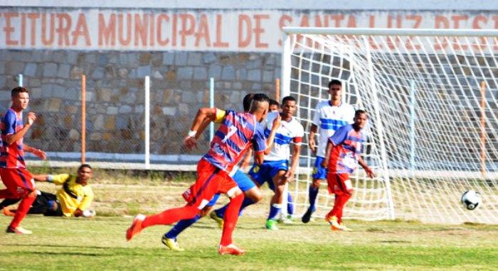 Seleção luzense jogou de azul e vermelho | Foto: Noticias de Santaluz