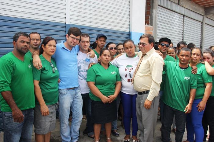Fagner (de azul) Francisco (de gravata) ao lado dos funcionários que foram de farda para homenagear Jorge
