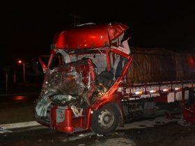 Frente do caminhão ficou destruída após batida