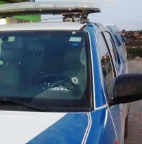 Uma marca de tiro é visível no para-brisa da viatura