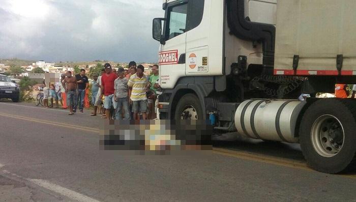 Vítima ficou caída sobre a moto ao lado do pneu dianteiro da carreta