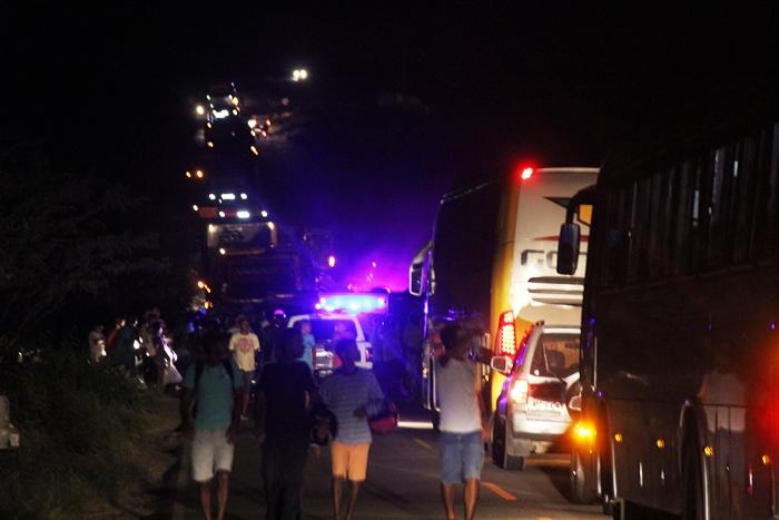 Transito ficou interrompido na BA 409 depois que duas pessoas morreram em colisão de motos | Foto: Raimundo Mascarenhas