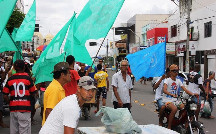 Em Riachão a cor verde representa a candidatura de Zé Filho, a cor azul é de Laurinho e também de Carlinhos